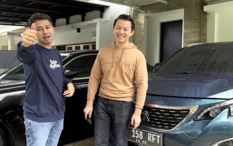Raffi Ahmad bersama dengan petugas layanan home servis untuk perawatan Peugeot 5008 SUV milik Rafatar, putra tunggalnya
