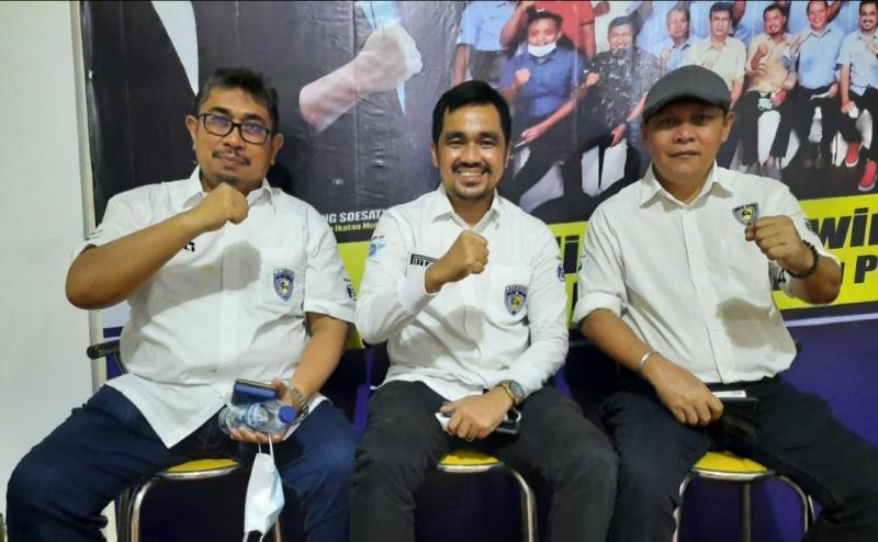 Dari kiri Herry Alizar (pembina), Defri Nasli (ketum) dan Edy Septe (sekretaris), IMI Sumatera Barat incar medali emas di PON Papua Oktober 2021