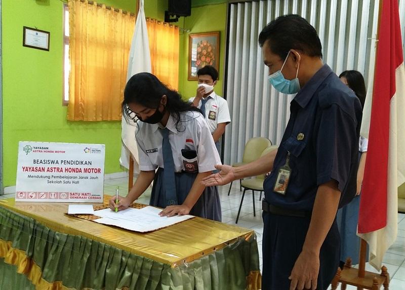 Siswa menerima bantuan dari Yayasan Astra Honda Motor
