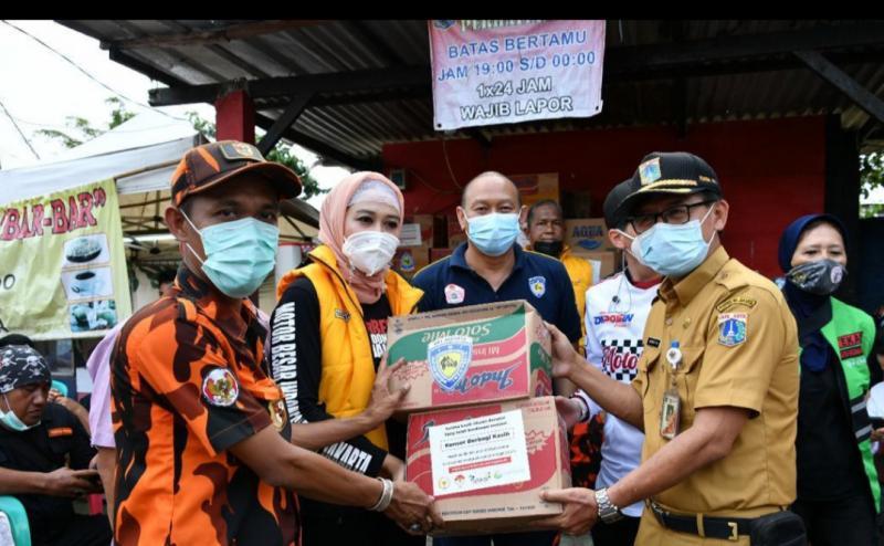 Bantuan sembako dari berbagai komunitas otomotif, IMI DKI, Gerak BS, Pemuda Pancasila dan yang lain kepada perwakilan warga terdampak banjir di Jakarta