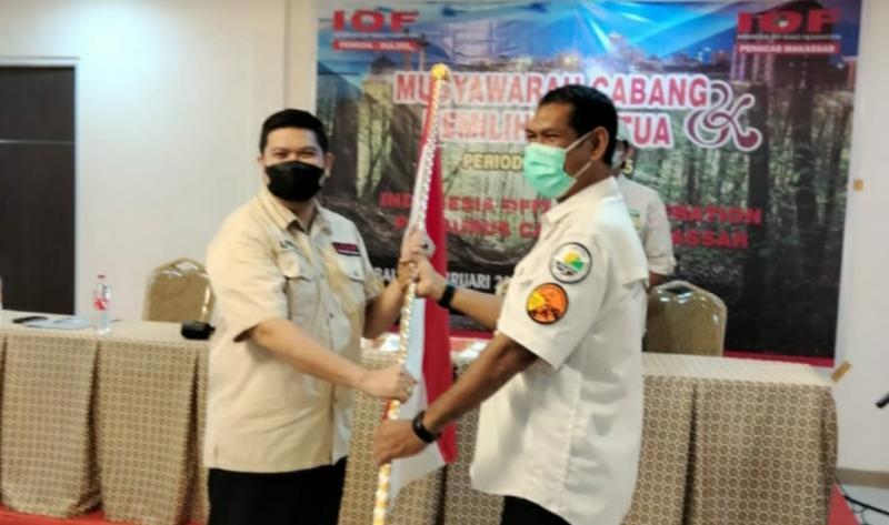 Andi Pahlevi menerima pataka dari pimpinan sidang. IOF Makassar semakin solid dengan terpilihnya Ketua baru.