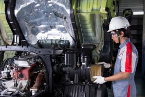 Teknisi Hino sementara melakukan perawatan truk costumer agar kembali prima untuk operasi bisnis