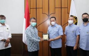 Bamsoet didampingi Ananda Mikola dan Rifat Sungkar memberikan cindera mata kepada Menteri ESDM Arifin Tasrif di Jakarta hari ini