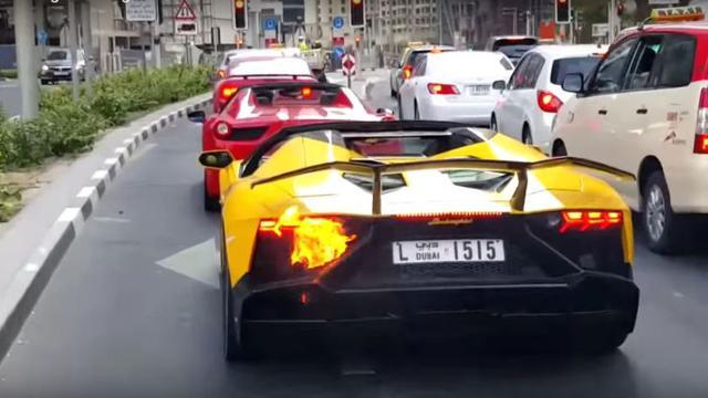 Deretan supercar saat konvoi di jalanan jantung kota Hongkong yang kemudian diamankan polisi setempat