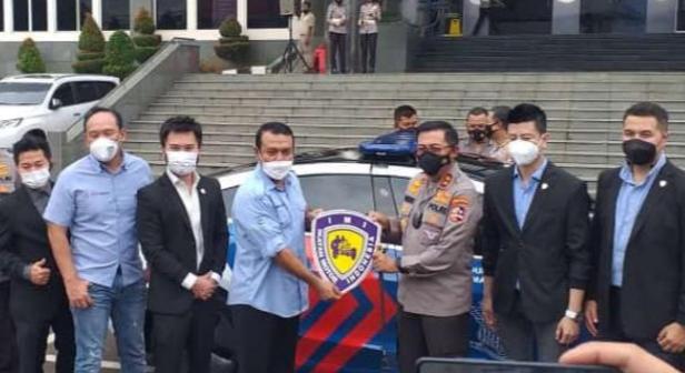 Kombes Pol Syamsul Bahri dari Badan Pengawas IMI serahkan mobil Tesla kepada Korlantas Polri Irjen Pol Istiono