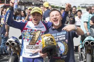 Ekspresi Fausto Gresini saat mengantar Jorge Martin jadi juara dunia Moto3 2018. (Foto: l`equipe)