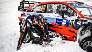 Tebalnya salju Arctic membuat  Thierry Neuville harus kerja ekstra di liar kokpit Hyundai i20 Coupe WRC. (Foto: wrc)