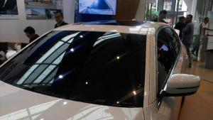Kaca film mobil berwarna hitam yang diaplikasikan pada sedan mewah, belum tentu melindunginya dari paparan sinar matahari