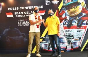 Sean Gelael dan Bamsoet, IMI sangat mengapresiasi prestasi Sean mencetak double winner di balap ketahanan 4 jam Asian Le Mans, Abu Dhabi pekan lalu