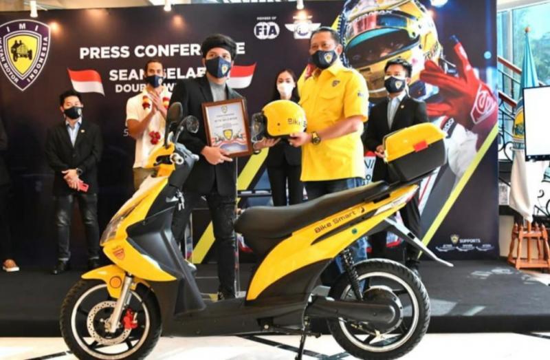 Bamsoet kukuhkan Atta Halilintar sebagai Presiden Komunitas Motor Listrik Indonesia