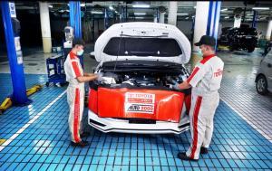 Mekanik Auto2000 sedang melakukan perawatan kendaraan AutoFamily