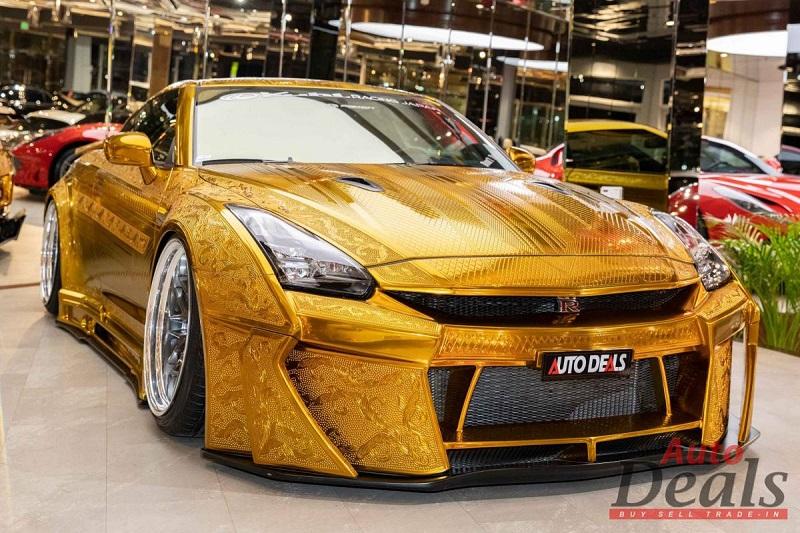 Tampilan istimewa Nissan GT-R hasil modifikasi Kuhl Racing yang dibalut dengan warna emas