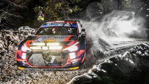 Ott Tanak di atas Hyundai i20 Coupe WRC, selangkah lagi menjuari serukedua WRC 2021 di Arctic, Finlandia. (Foto: wrc)