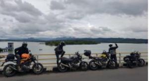 Boy Ariwibowo berpose bersama rekannya di sebuah destinasi wisata yang dilewati dalam touring Jawa-Bali