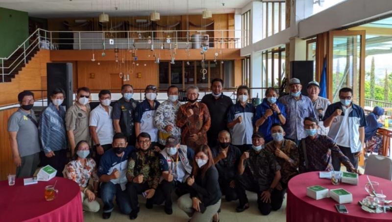 Denny Harywardhana sebagai ketua PPMKI Jawa Barat yang baru bersama para pembina PPMKI Pusat dan pengurus IMI Jabar