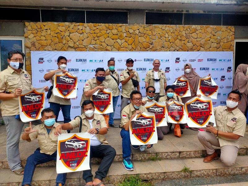 Para member Anloc berpose saat deklarasi mereka sebagai komunitas pengguna New Nissan Livina