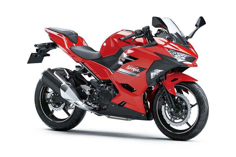 Tampilan keren Ninja 250 dengan grafis dan warna baru Passion Red yang mendukung tampilan stylish penggunanya