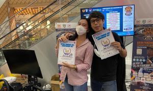 Peslalom Ildo bersama pemenang lain di atas podium kemenangan event balap simulator Batam Race Pandemic 2021