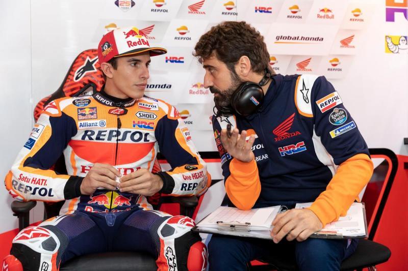 Santi Hernandez dan Marc Marquez, mempersiapkan RC213V lewat Stefan Bradl. (Foto: motogp)
