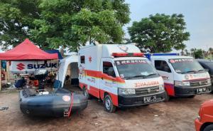 Suzuki Club Reaksi Cepat yang sigap membantu evakuasi korban luapan air akibat jebolnya tanggul Sungai Citarum di Desa Sumber Urip, Kabupaten Bekasi.