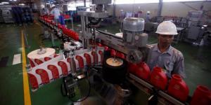 Karyawan Pertamina Lubricants sementara mengawasi proses produksi pelumas