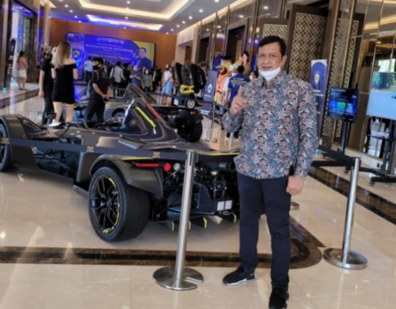 Frits Yohanes, mejeng dengan mobil listrik di acara pelantikan Bamsoet sebagai Ketum IMI, hotel Sultan Jakarta belum lama ini. (foto : ist)