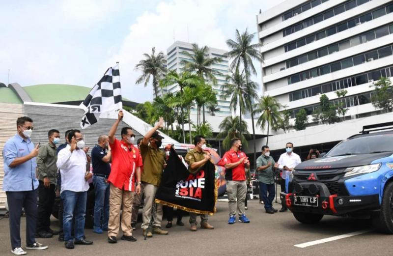 Bamsoet didampingi Letjen TNI AM Putranto melepas peserta Tour de Bangka komunitas Pajero Indonesia-One di halaman gedung DPR-MPR RI Senayan