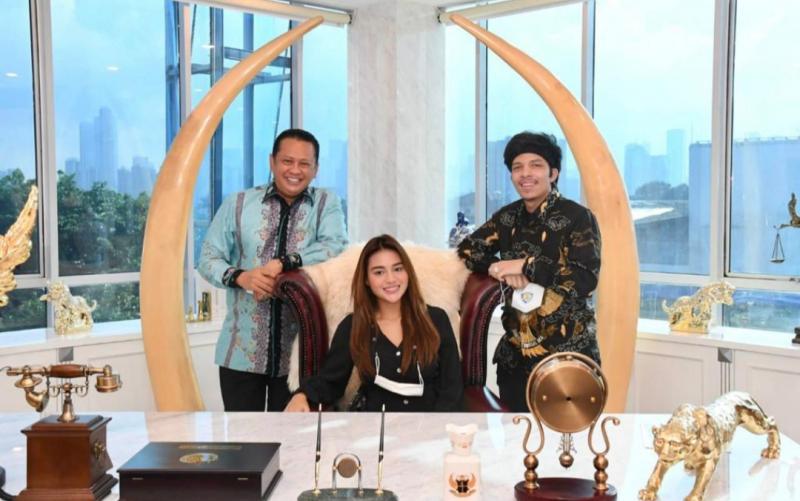 Bamsoet saat menerima pasangan calon pengantin Atta Halilintar (pengurus IMI Pusat) dan Aurel Hermansyah