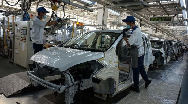 Para teknisi Suzuki sementara melakukan proses pengecekan dalam perakitan mobil di salah satu pabrik Suzuki di Indonesia