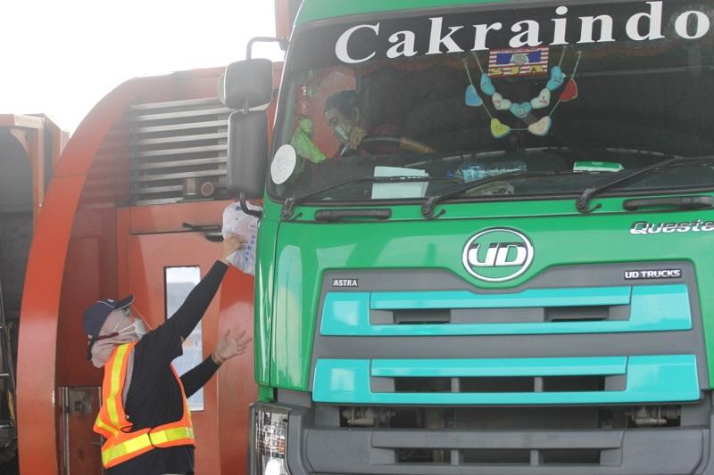 Tim Astra UD Trucks memberikan paket bantuan pendukung kesehatan untuk sopir truk agar tetap sehat dalam menjalankan pekerjaannya