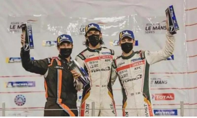 Sean Gelael (tengah) bersama teammate di tim JOTA Racing : Tom Blomqvist dan Stoffel Vandoorne di ALMS Abu Dhabi 2021