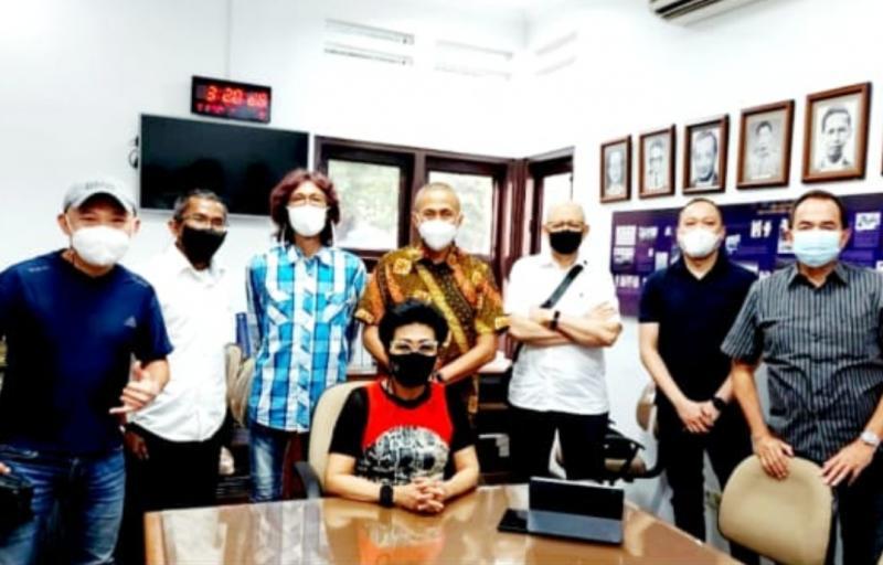 Deputy Waketum Olahraga Mobil IMI Pusat Lola Moenek (duduk) bersama Komisi Balap Mobil di kantor IMI Pusat