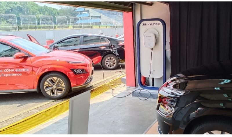 Pengisian daya listrik pada Hyundai KONA dan Hyundai IONIC pada Hyundai Track Day di Sentul International Circuit hari ini