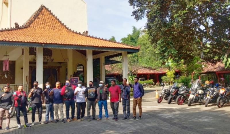 Komunitas motor Demangsewu Brootherhood, joglo Warung Solo ingatkan pulang kampung. (foto : warsol)