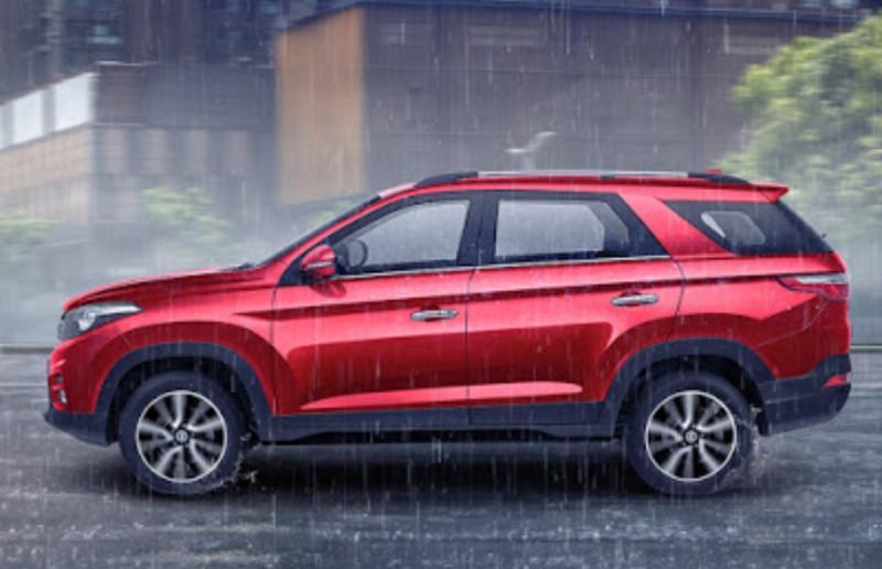 Berkendara khususnya menyetir mobil dalam keadaan hujan harus ekstra hati-hati dan waspada.
