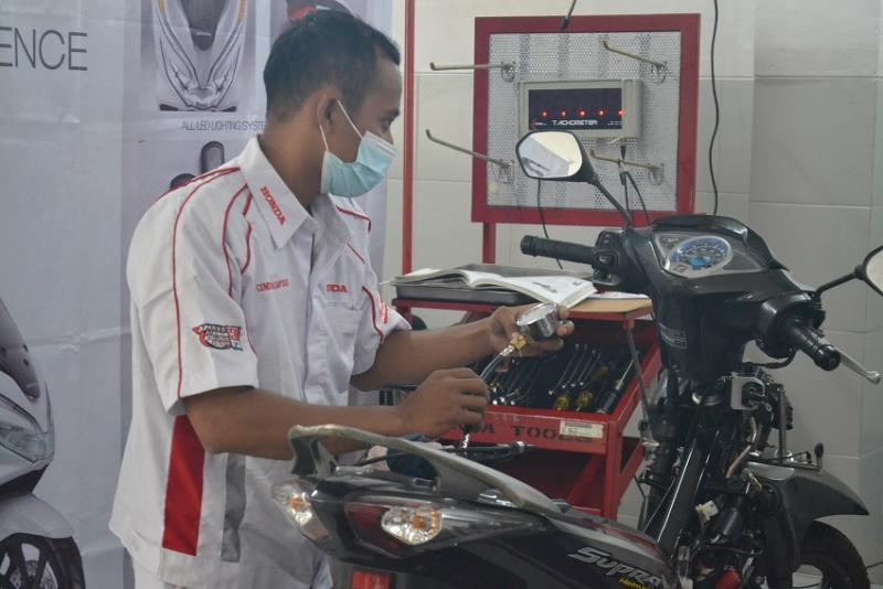 Seorang siswa melakukan prakterk di bengkel Honda untuk meningkatkan pengetahuan teknis berkaitan dengan perawatan kuda besi