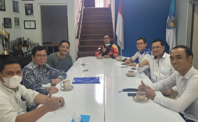 Frits Yohanes (kedua dari kanan) saat mendaftar sebagai Caketum IMI Jateng, juga dihadiri Dr M Riyanto PLT IMI Jateng hari ini. (foto : ist)