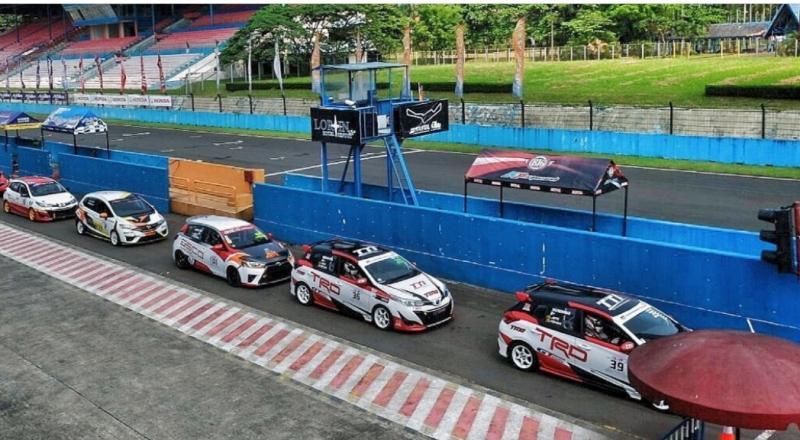 Wajib memakai gelang RaceAgainstCovid mobilinanews.com bagi pembalap kelas Kejurnas ITCR di round 1 ISSOM 2021. (foto : tti)