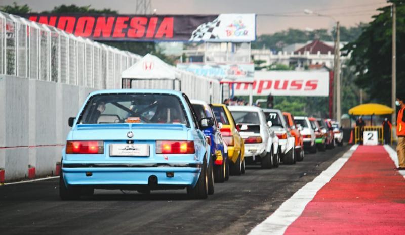 Antusias kepengin ngegas di sirkuit, Indonesia Retro Race diikuti puluhan pembalap pada round 1 ISSOM 2021. (foto : rais)