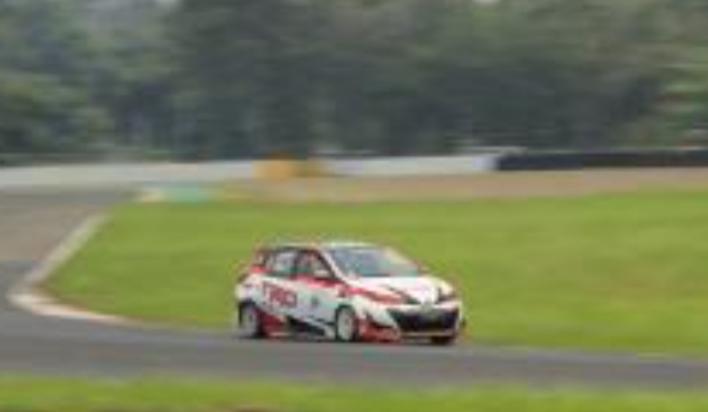 Haridarma Manoppo dengan Toyota Yaris andalannya, tetap kobarkan optimisme di race day hari Minggu. (foto: hf)