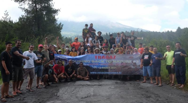 Peserta touring Trabaz Back to Nature #3 mejeng bareng di kawasan Menoreh, Magelang, Jawa Tengah