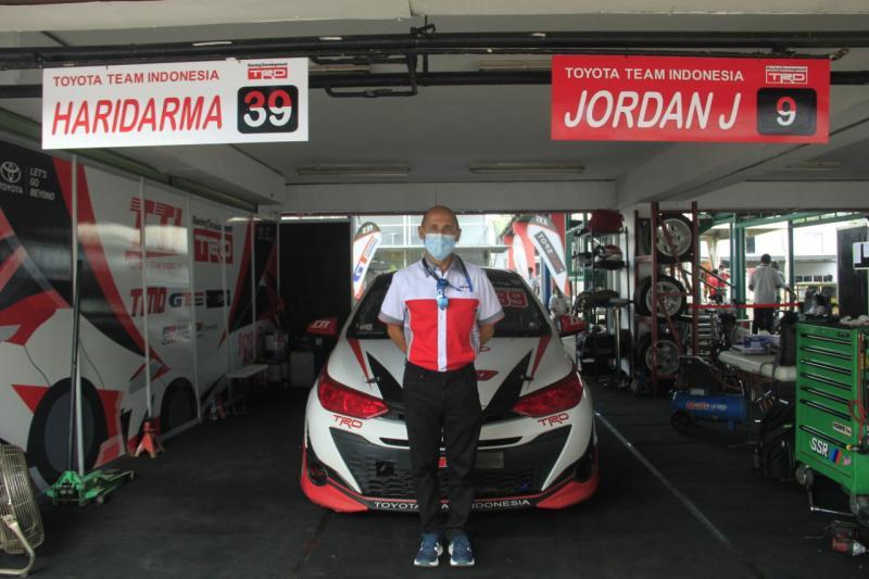 Franck Lochi, Head of Proving Ground and Managing R&D Motorsport Division PT Gajah Tunggal Tbk, siapkan ban baru untuk ISSOM 2021