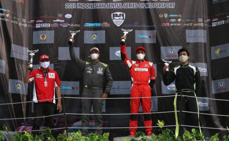 Avila Bahar (kedua dari kanan) menjawab under estimate sebagian orang dengan juara overall ITCR 1500.