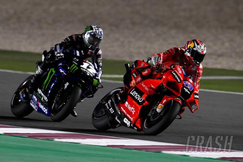 Jack Miller (Ducati) saat tak mampu bertahan dari gempuran maverick Vinales (Yamaha) di GP Qatar 2021. (Foto: crash)