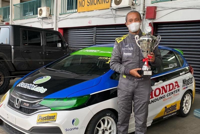 Pembalap senior Fitra Eri menyabet trofi juara 2 Master Honda Jazz Speed Challenge 2021 dan juga P1 ITCR 1500. (foto : fitra eri)