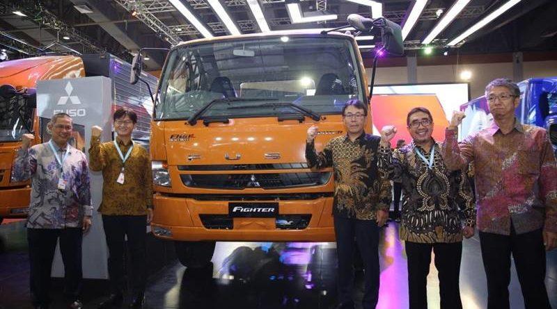Para petinggi Mitsubishi Fuso bersanding dengan Fighter, truk dengan teknologi Common-Rail