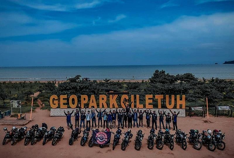 Para member Kawasaki Retro Riders MC Indonesia dalam sebuah turing ke Taman Wisata Geopark Ciletuh