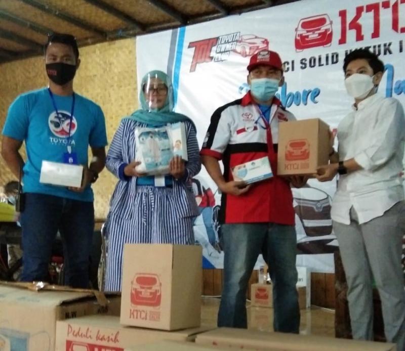 Pengurus KTCI menyerahkan bantuan kepada tenaga medis dan masyarakat Ciwidey, Bandung, Jawa Barat