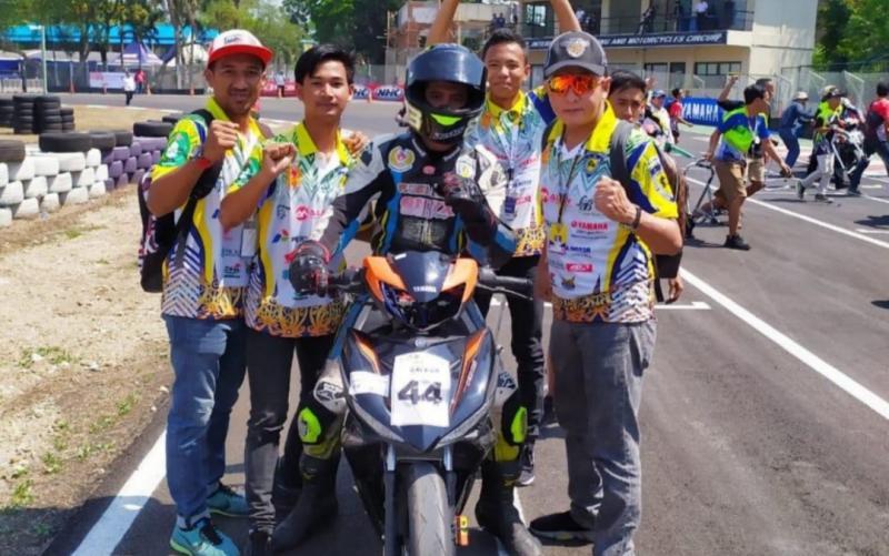 Yuliansyah (kanan) terus support pembalap Kalbar yang turun di Motoprix.