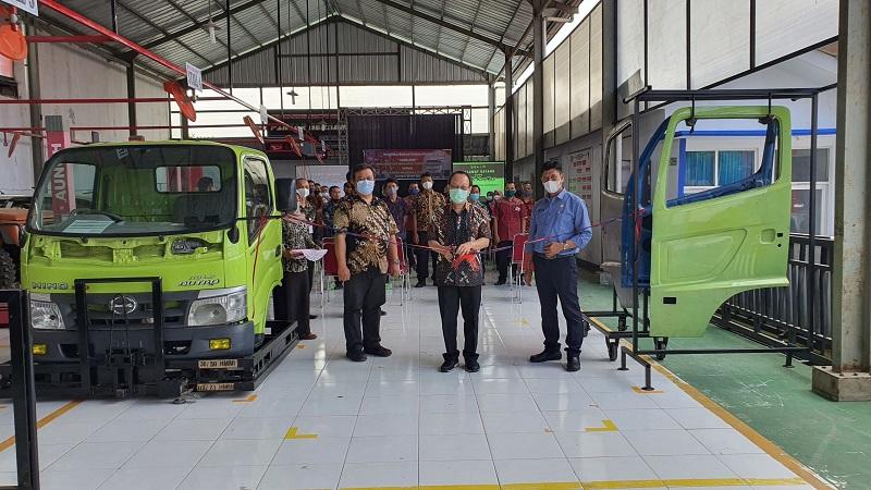 Hino dinasikan alat peraga Cabin Assembly kepada SMK di Kuningan, Jawa Barat